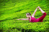 Yoga on tea plantations — Stock Photo