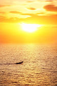Rybář loď při západu slunce — Stock fotografie