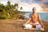海の近くのヨガ瞑想 — ストック写真