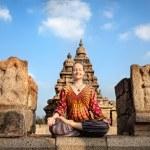 mulher fazendo yoga na Índia — Foto Stock