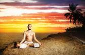 Yoga meditacion cerca del océano — Foto de Stock