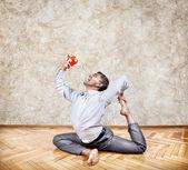 Işadamı içme çay Yoga pose — Stok fotoğraf