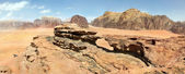 Natural rock bridge and panoramic view of Wadi Rum desert, Jordan — Stock Photo