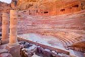 在约旦佩特拉城古代圆形剧场的视图 — 图库照片