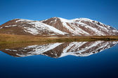 View of mountains reflecting on a lake — Stock Photo