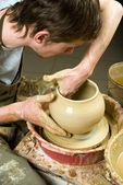 Mani di un vasaio, creando un vaso di terracotta di argilla bianca — Foto Stock