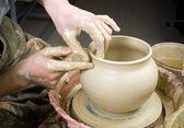 Mains du potier, créant un pot en terre sur le cercle — Photo