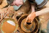 поттер, создание земляной jar на круг — Стоковое фото