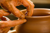 Mani di un vasaio, creando un vaso di terracotta sul cerchio — Foto Stock