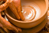 руки поттера, создавая земляной jar на круг — Стоковое фото