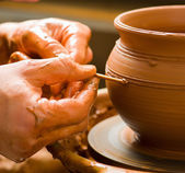 Ruce hrnčíře, vytváří hliněné nádoby na kruhu — Stock fotografie