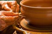 Mãos do oleiro, criando um pote de barro — Fotografia Stock