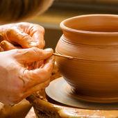 Mains du potier, créant un pot en terre — Photo