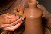 Manos del alfarero, creando un tarro de barro — Foto de Stock