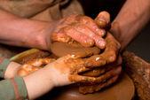 Händen der töpfer, erstellen von einem irdenen krug — Stockfoto