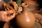 Elinde bir toprak küp oluşturma, bir çömlekçi — Stok fotoğraf