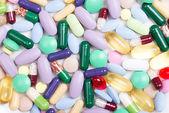 Pillen, die isoliert auf weißem hintergrund — Stockfoto