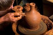 土製の瓶の作成、陶工の手 — ストック写真