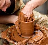 Handen van een pottenbakker, maken een aarden pot — Stockfoto