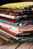 Kupie tkaniny tkaniny na drewnianym stole — Zdjęcie stockowe