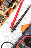 Digital multimeter and electronic components — Stockfoto