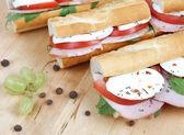Closeup von drei frische brötchen mit tomaten, schinken und mozzarel — Stockfoto