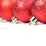 bola de Natal vermelha, isolada no fundo branco — Foto Stock
