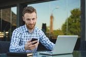 красивый бизнесмен, работы с ноутбуком — Стоковое фото