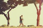 Mutlu ve genç hamile çift doğa içinde. retro vintage — Stok fotoğraf