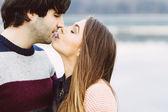 Genç bir çift aşık açık — Stok fotoğraf