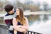 对年轻夫妇在室外的爱 — 图库照片
