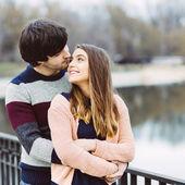 屋外の愛の若いカップル — ストック写真