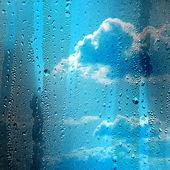 通过在雨中窗口的云 — 图库照片