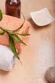 Mořská sůl a ručníky pro spa — Stock fotografie