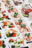 Buffet mit Snack Salat aus frischem Gemüse — Stockfoto