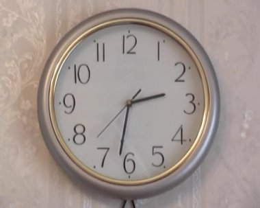 Yellow wall clock in the apartment — Stock Video