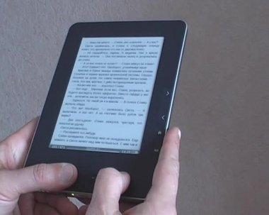 Man's hand switches pages e-book — Stock Video