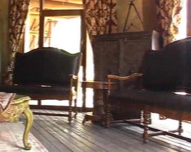 Interior with retro sofas, wardrobe and desk — Stock Video