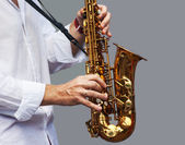 Hands of a musician with the saxophone — 图库照片