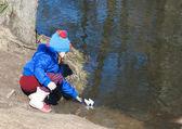 Bambina, giocando con la barca di carta — Foto Stock