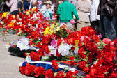 Flowers near the monument on victory day — Stock Photo