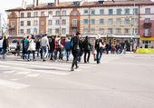 Pedestrians cross the street at the crosswalk — Stock Photo