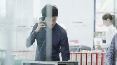 Raslantı giyimli genç profesyonel adam modern ofis telefon — Stok video