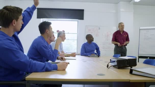 New recruits or on the job training for blue collar workers — Vidéo