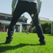 Cute young boy playing sports with his father, in the garden on a summer day — Vídeo Stock