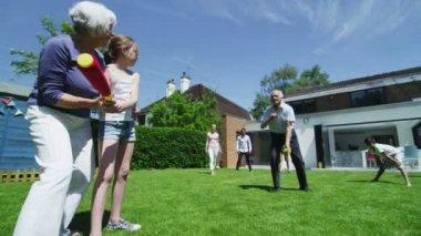 Rodzina i przyjaciele wielu pokoleń gry sportowe w ogrodzie w słoneczny dzień — Wideo stockowe