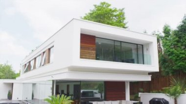 View of the exterior of a luxury contemporary home — Stock Video