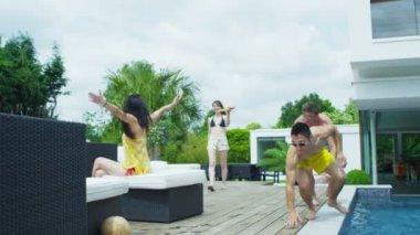 Friends enjoying summer pool party — Stock Video