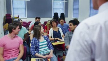 Students in classroom listening  lecture — Stock Video