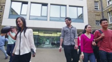 Students leaving their university — Vídeo stock